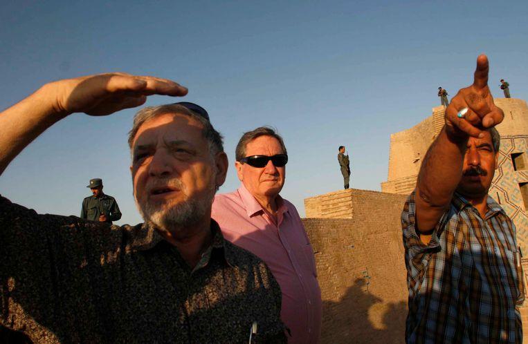 De Amerikaanse diplomaat Richard Holbrooke (met zonnebril) bezoekt de oude Afghaanse stad Herat, ten westen van de hoofdstad Kabul, augustus 2009. Beeld Fradioon Pooya / AP