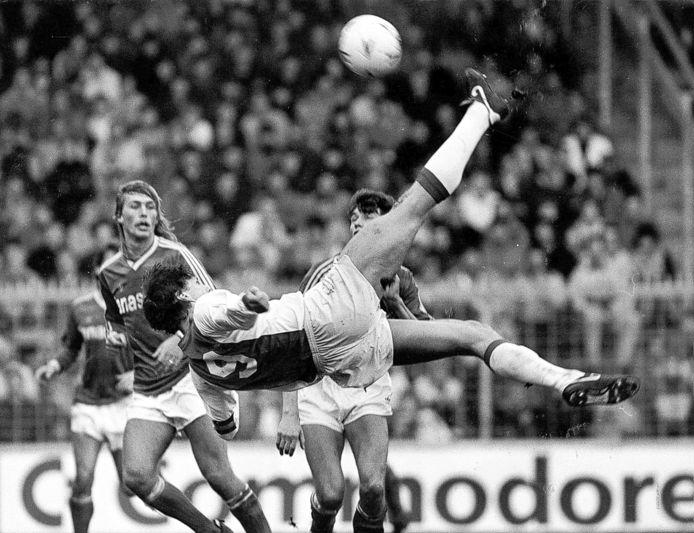 De beroemde omhaal van Marco van Basten tegen FC Den Bosch (3-1) in 1986.