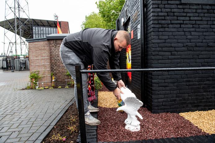 Bas Verhaaf plaatst een beeld bij de Memorial Garden voor  vriend Arend 'Atie' Maassen, ongeveer een maand geleden, voor opening van de herdenkingstuin. De Memorial Garden blijkt een schot in de roos: onder supporters is volop animo voor een stekkie voor hun gevallen dierbaren.