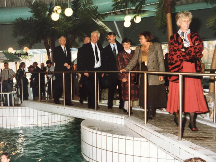 Ria Lubbers (rechts), echtgenote van minister-president Ruud Lubbers, verrichtte 30 jaar geleden samen met wethouder Bart van Winsum (in het midden, met snor) de openingshandeling van zwembad De Wilder. Gerrit Sloot staat uiterst links op de foto.