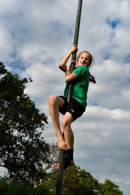 Annemarie Hakkenberg (8), polsstokverspringer