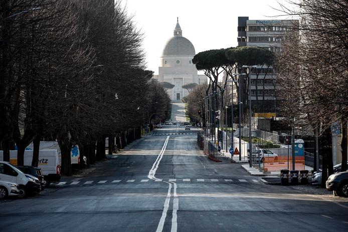 Een verlaten straat in Rome maandag.