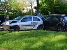 Schade door ongeluk tussen twee auto's in Breda