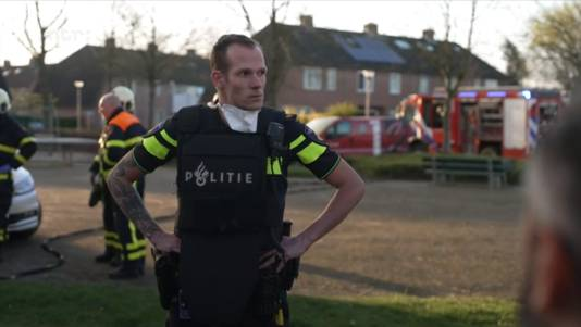 De agent moet even bijkomen als hij het huis uit komt. Binnen heeft hij de lichamen van de vier gezinsleden gevonden.