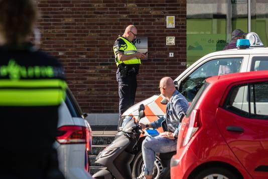 De politie heeft bij een Roermondse school een jongen opgepakt met een vuurwapen.