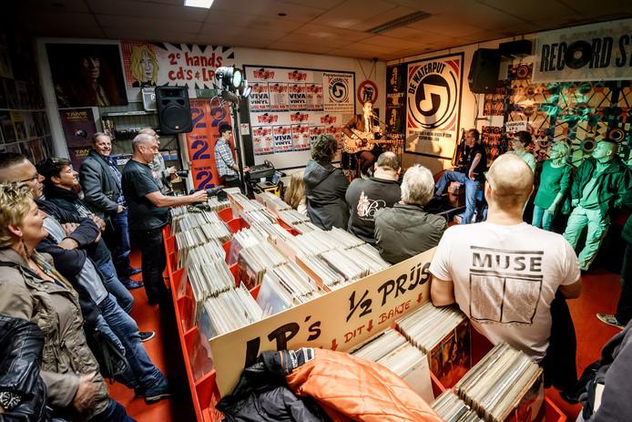 Optreden van Danny Vera in De Waterput tijdens de zevende aflevering van Record Store Day.