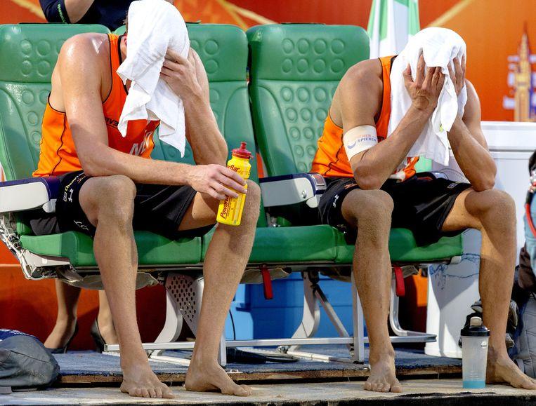 Teleurstelling bij de Nederlandse beachvolleyballers Reinder Nummerdor en Christiaan Varenhorst. Beeld anp