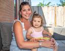 Dominique met haar dochtertje.