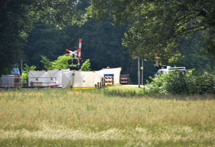 Witte schermen op de plek van het ongeluk in Doetinchem.