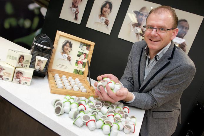 Timmo Terpstra, directeur van koffiebranderij Peeze toont het koffiecupje dat biologisch afbreekbaar is.