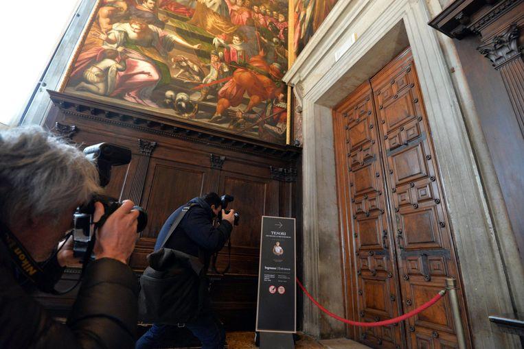 In de zaal achter deze gesloten deuren zouden de juwelen gestolen zijn.