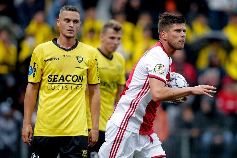 Ajax-spits Huntelaar scoort tegen VVV en pakt meteen de bal uit het doel, op zoek naar meer doelpunten. Beeld BSR