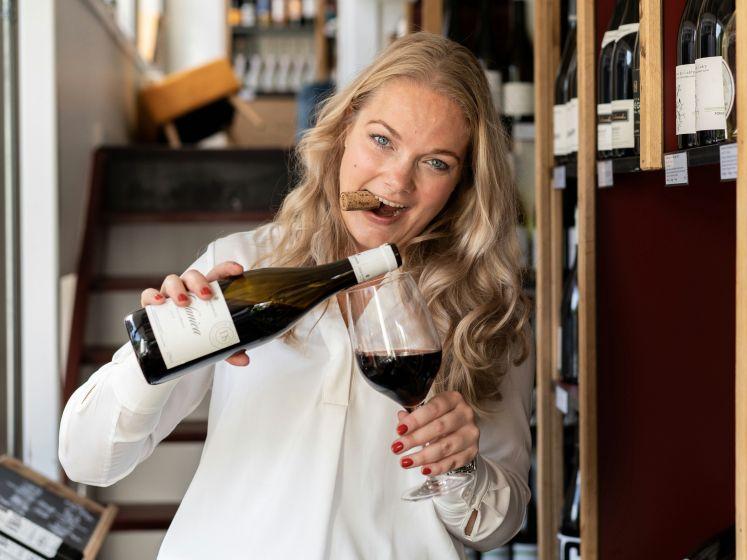 Kirsten verloor haar baan en geeft nu met succes online wijnproeverijen