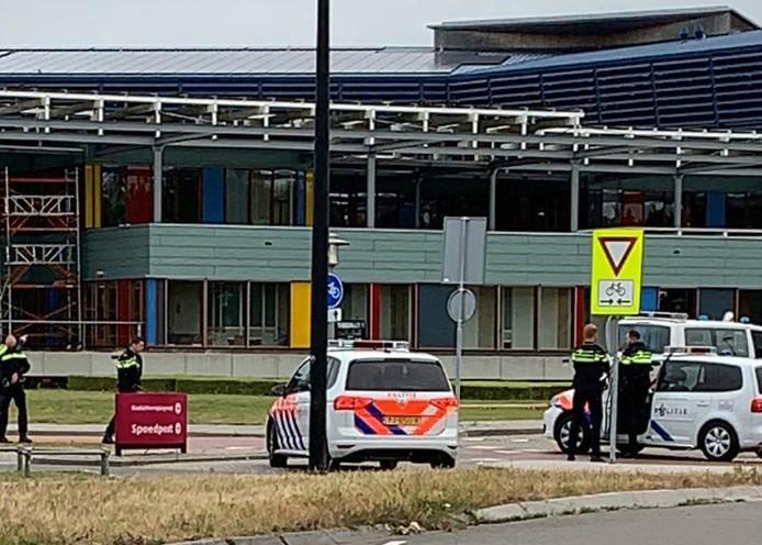 Veel politie op de been bij het Deventer Ziekenhuis. Een verwarde man met loslopende hond vormde een risico, aldus de politie.