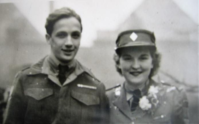 Edward en Winifred Brewster. In april 1946, drie maanden na het ja-woord verongelukte het echtpaar in Noord-Duitsland. Ze liggen naast elkaar in Holten begraven. Winifred is de enige vrouw op het ereveld.