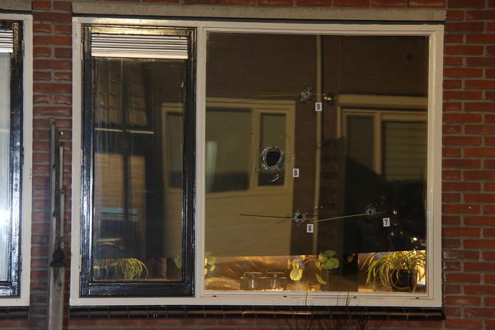 Kogelgaten in de ruit getuigen van de schietpartij donderdagnacht aan De Grutto in Almelo.