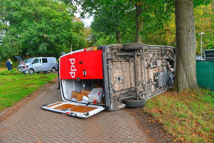 De pakketjes in de DPD bus zijn zichtbaar beschadigd door het ongeval in Sterksel.