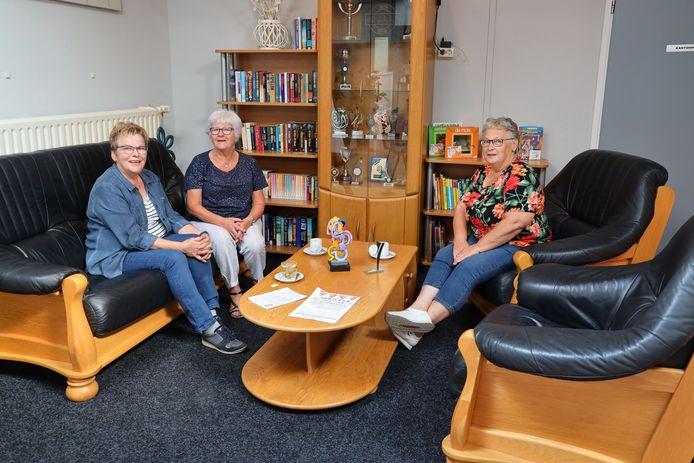 Vrijwilligers Jeanny Straatmijer, Mieke Veraa en Ria Beeren (v.l.n.r.) in de leeshoek van de Hijskraan.
