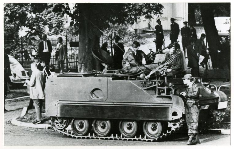Tanks bewaken het ministerie van Algemene Zaken op Plein 1813, terwijl minister-president P.J.S. de Jong ir. Manusama ontvangt, de president in ballingschap van de R.M.S. (Republik Maluku Selatan), 1970 Beeld anp