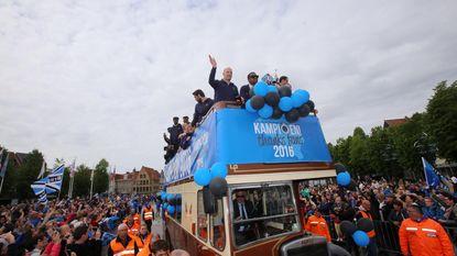 Club-spelers met open bus naar titelfeest op Markt