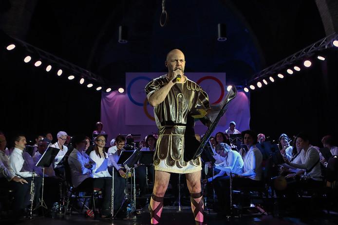 Twee jaar geleden stond er een gladiator op het podium tijdens het nieuwjaarsconcert van St. Caecilia en Kunstgenot.
