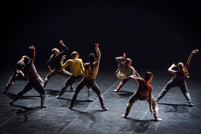 Holland Dance Festival in Tilburg. 'Wolf' door Aterballetto , een choreografie van Hofesh Schechter.