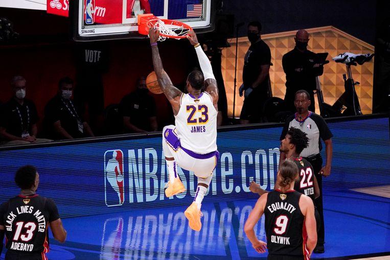 LeBron James dunkt tegen de Miami Heat Beeld AP