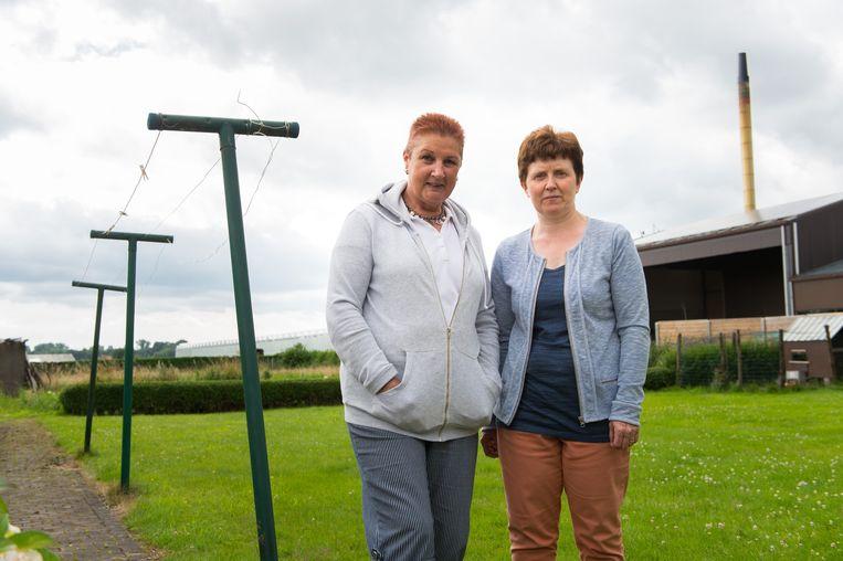 Simonne Mariën en Annick Peeters klagen over de verbrandingsoven die vlak achter hun tuin ligt.