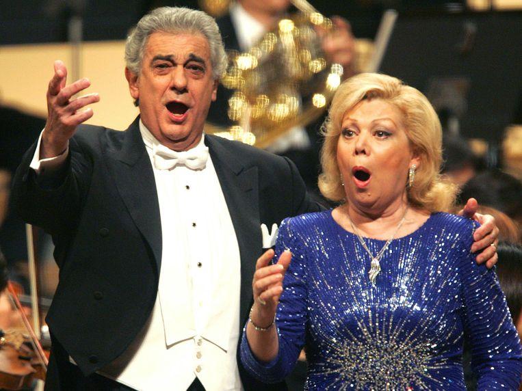 Mirella Freni met een van haar vaste zangpartners Plácido Domingo in 2004, één jaar voor haar afscheid na een opvallend lange  carrière van vijftig jaar.  Beeld AP