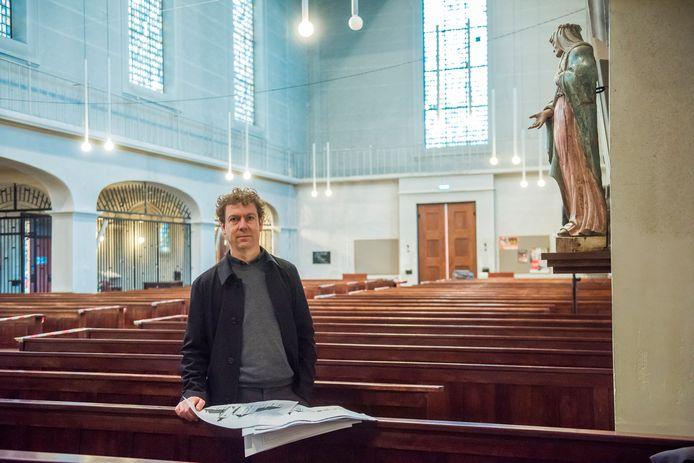 Architect Thomas Bedaux in de Mariakerk in Valkenswaard, met de ontwerpen van zijn opa.