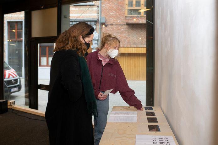 De expo is momenteel nog in opbouw, zaterdag opent 'Who is the Other?' in RAAT aan de Oudaan.