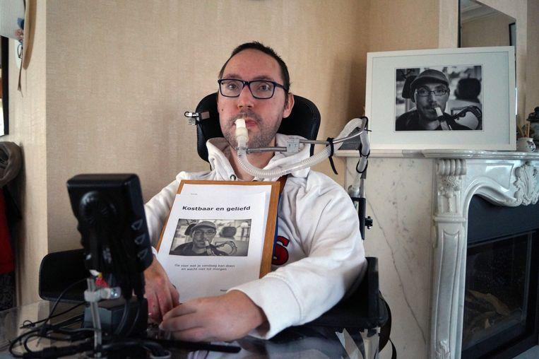 Matthias Velghe werkte de voorbije drie jaar samen met een vriend aan zijn levensverhaal. De foto op de cover werd genomen voor zijn rouwbrief.
