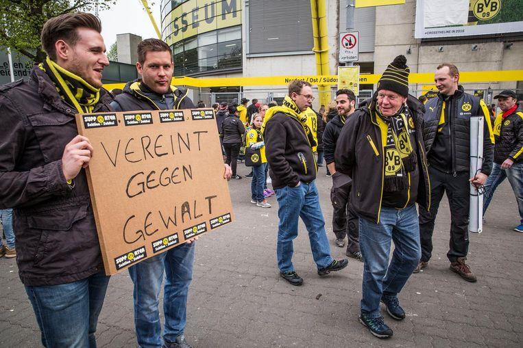 Fans voorafgaand aan de inhaalwedstrijd van Borussia Dortmund tegen AS Monaco Beeld Arie Kievit