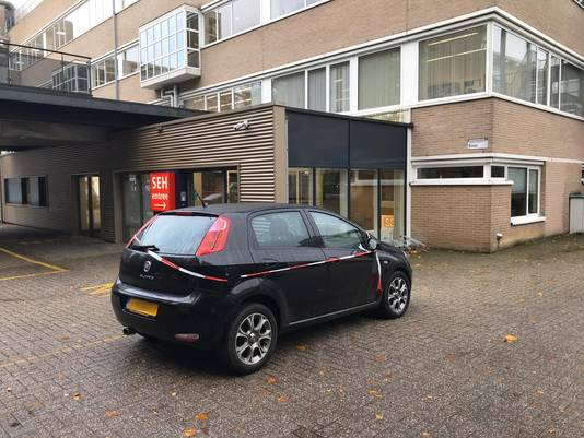 Bij het Slingeland Ziekenhuis in Doetinchem wordt onderzoek gedaan bij een auto.