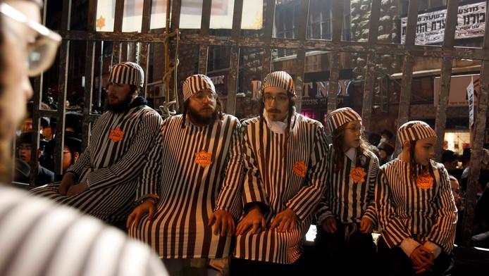 Ultra-Orthodoxe mannen dragen een kampuniform tijdens een demonstratie in Jeruzalem.