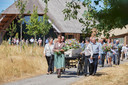 Na de herdenking in Schaijk begeeft de stoet met kist op de baar naar de laatste rustplaats.