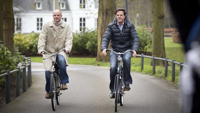 VVD-onderhandelaar Stef Blok (L) en premier Mark Rutte verlaten op de achttiende dag van de tussenformatie op de fiets het Catshuis in Den Haag.