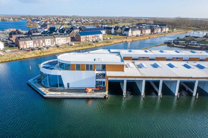 De in aanbouw zijnde Boatshed in Goes is een opvallend gebouw. Erachter is de wijk Goese Diep te zien.