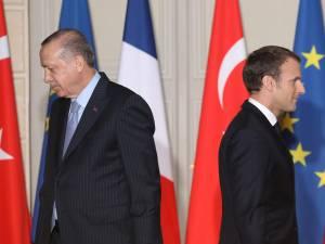 """Erdogan s'en prend à Macron: """"Fais examiner ta propre mort cérébrale"""""""