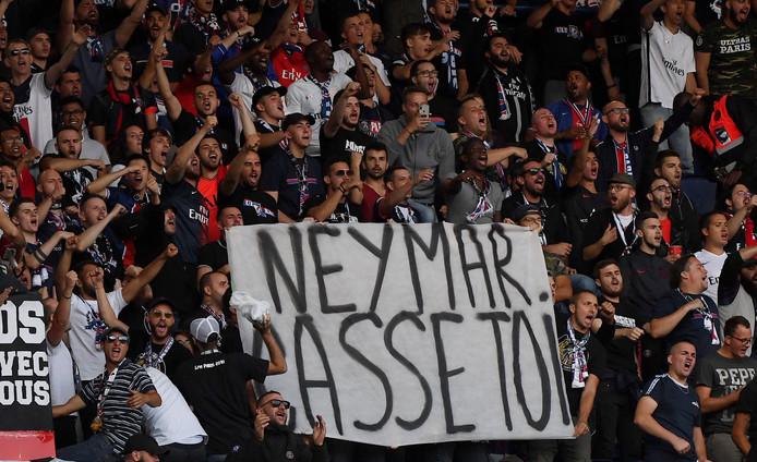 Paris Saint-Germain'-fans met een spandoek tijdens het duel met Nîmes. 'Neymar, Rot Op'