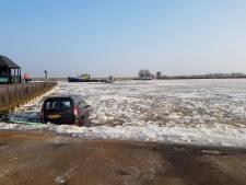 Bestuurder wil ijsfoto maken, auto glijdt het Zwarte Water in