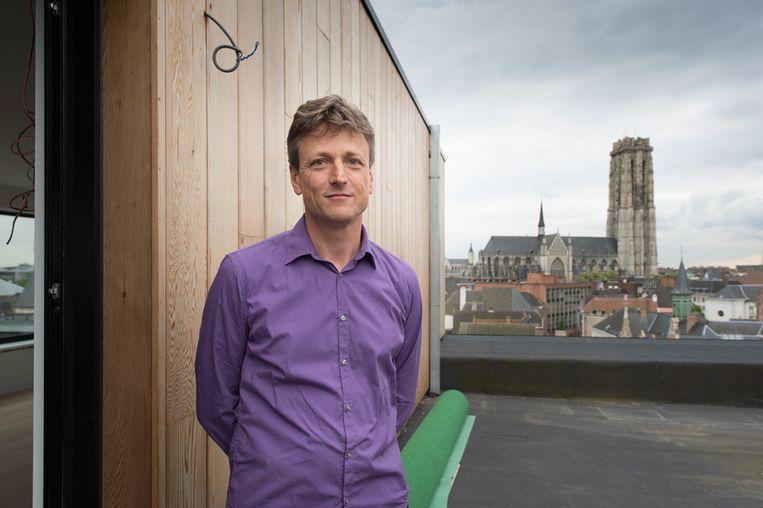 Ivo Van Itterbeeck op het dak van zijn hotel met uitzicht op onder meer Sint-Rombouts.