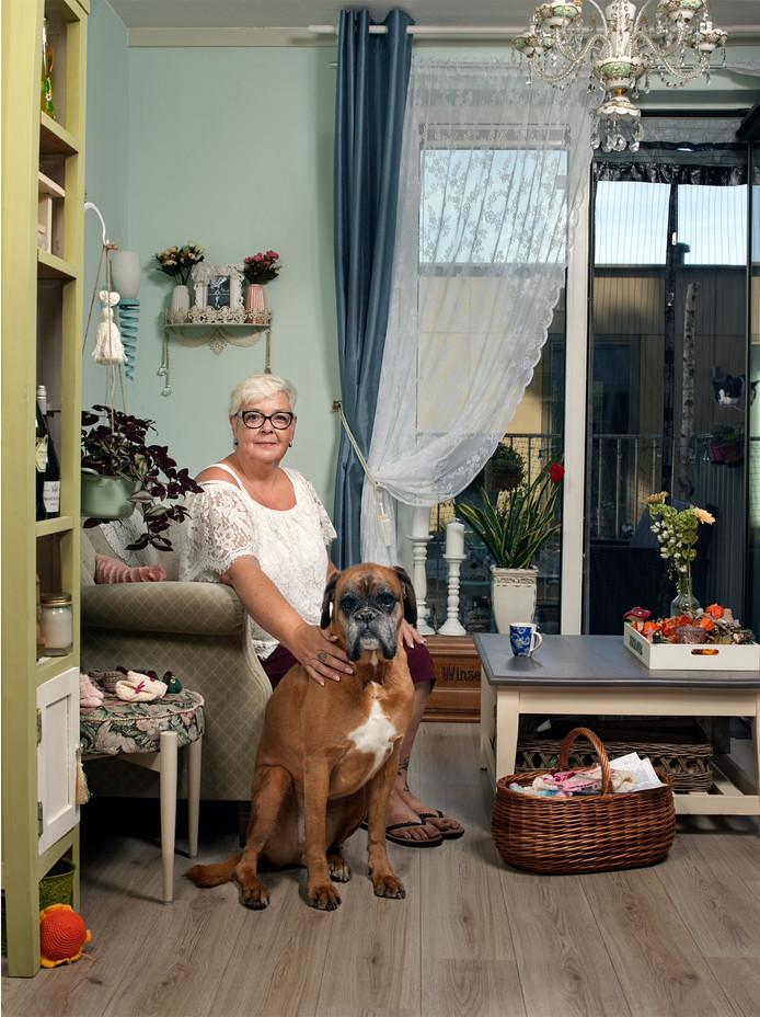 Joke Luijten (58) met haar hond Sjakie, die inmiddels is overleden. In totaal zijn er veertig portretten gemaakt van inwoners van Gouda Oost.