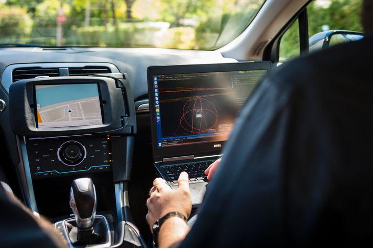 Een technicus zit in een zelfrijdende auto van Uber.