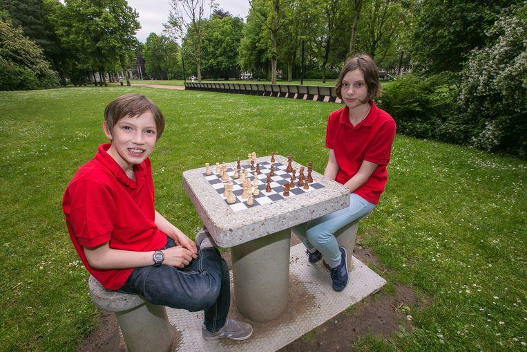 Kampioene Daria en haar broer Igor mochten als eersten de schaaktafel inspelen.