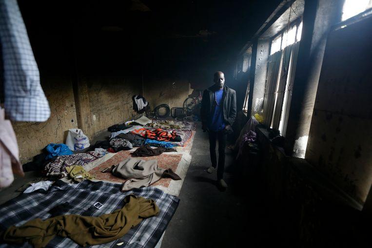 Een Soedanese migrant in een oude textielfabriek in de stad Patras.