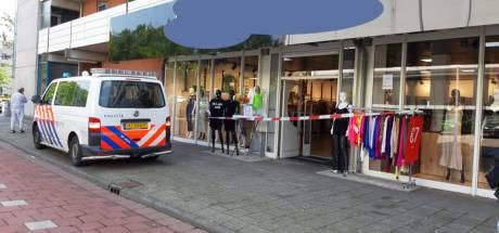 Man met pruik en roze rolkoffer opgepakt voor overval op kledingwinkel