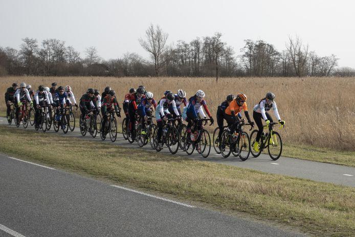 De wielermeisjes uit het oosten tijdens de training.