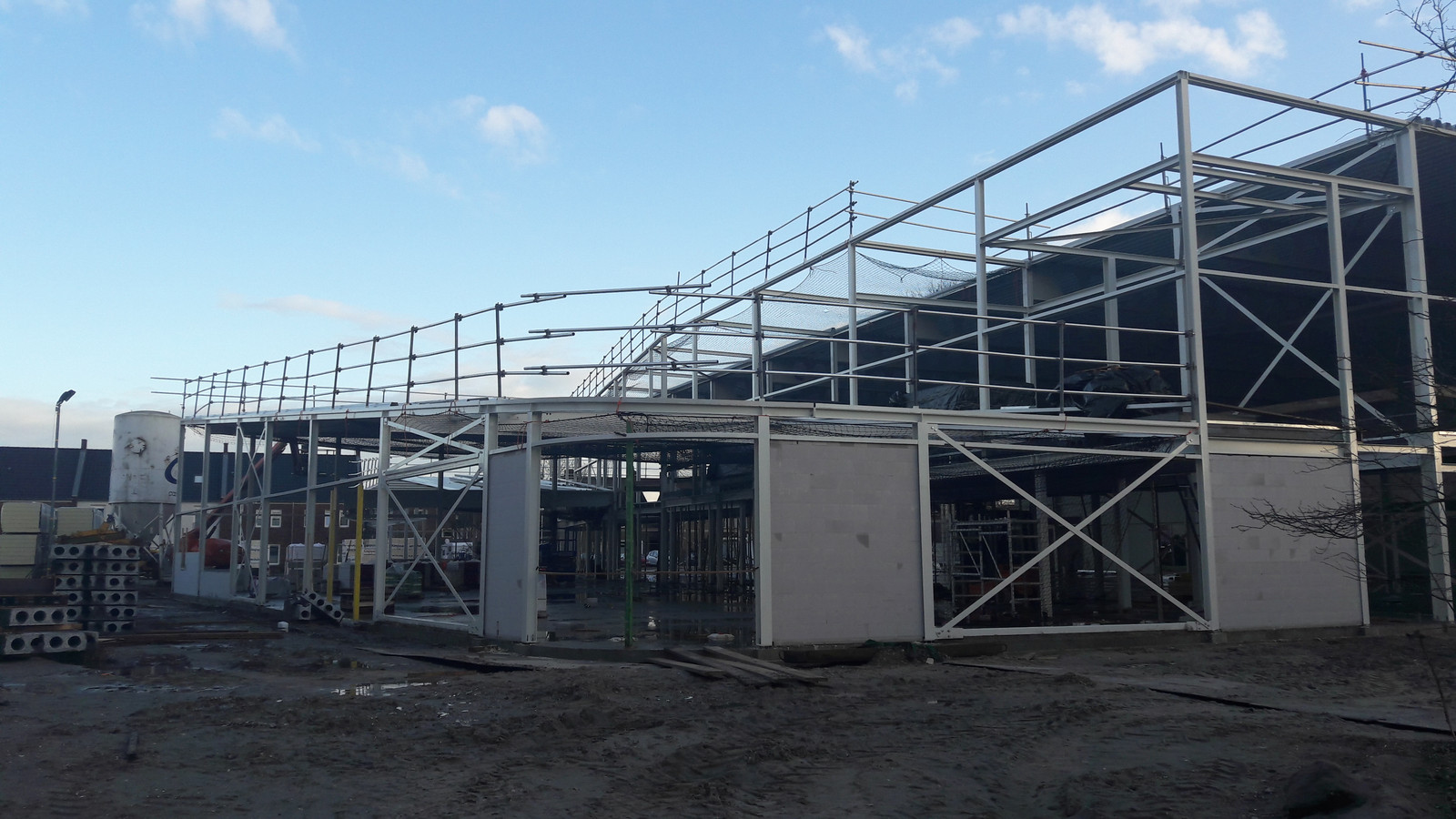 De nieuwe sporthal in aanbouw gezien vanaf de Juliana van Stolbergstraat.