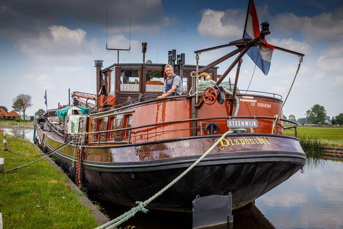 """Piet van Schendel ligt met zijn historisch vrachtschip net buiten Steenwijk, maar had twee jaar lang een ligplaats in de haven van Steenwijk. Recent bleek die illegaal te zijn en werd hij gesommeerd te vertrekken. ,,Ik had een toezegging dat ik daar mocht liggen"""", zegt Van Schendel."""